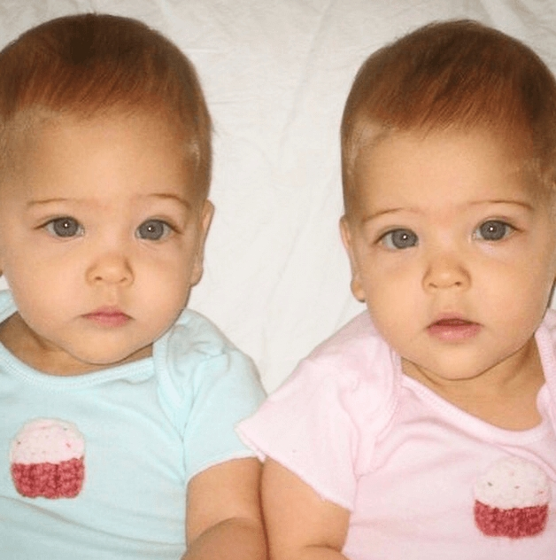 Çift doğal olarak güzel ikizler doğurdu, şimdi nerede olduklarını görün