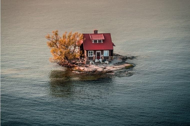 강 사이에 위치한 집