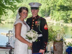 Maggie e Caleb in posa il giorno del matrimonio