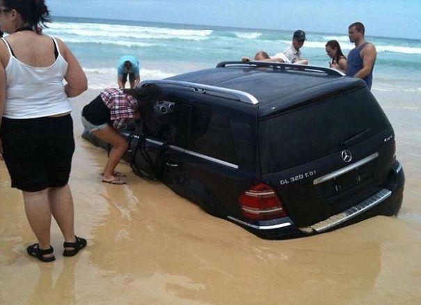 물 속으로 가라앉는 SUV 차량