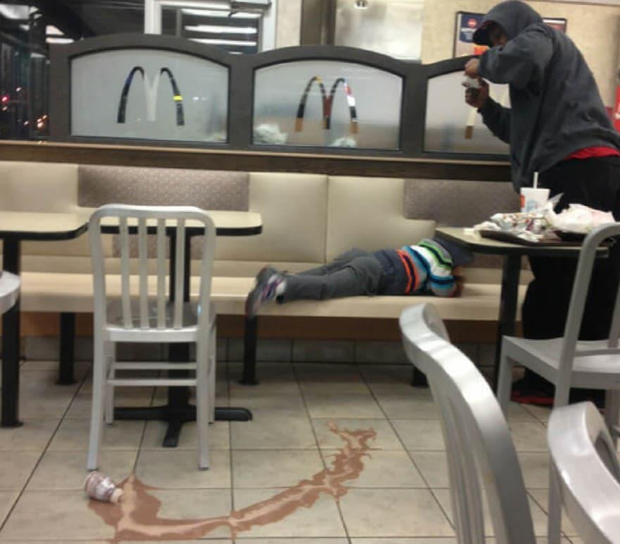 아이가 음료를 떨어뜨린 장면을 신나게 찍는 아빠