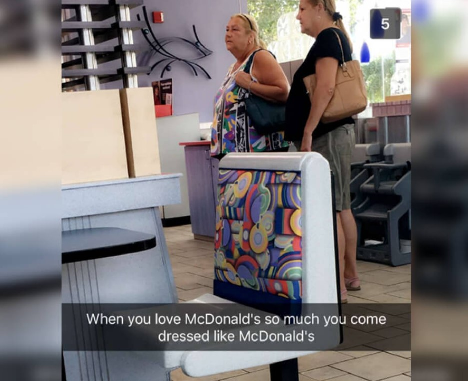 맥도날드 의자와 같은 의상을 입은 고객
