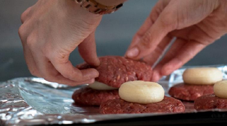 Burgerlere Peynir Ekleme