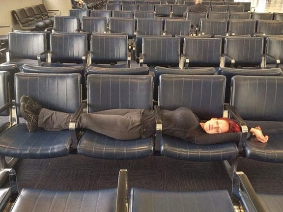 공항 의자에 설치된 팔걸이를 쉽게 무시하는 방법