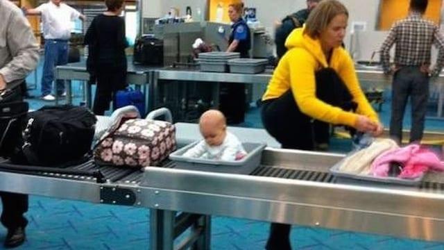 공항 보안 검색대 바구니 안에 들어가 있는 갓난 아기