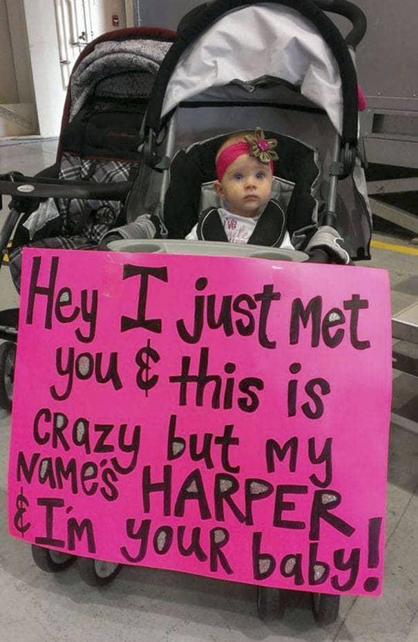 귀여운 아기가 부모님을 환영하는 방법