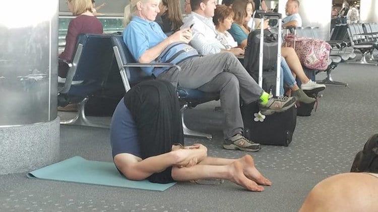 공항에서 대기하기 지겨우실 땐 이 사람처럼 요가를 해보세요