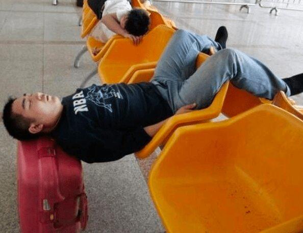 공항에서 신박하게 잠을 청할 수 있는 방법