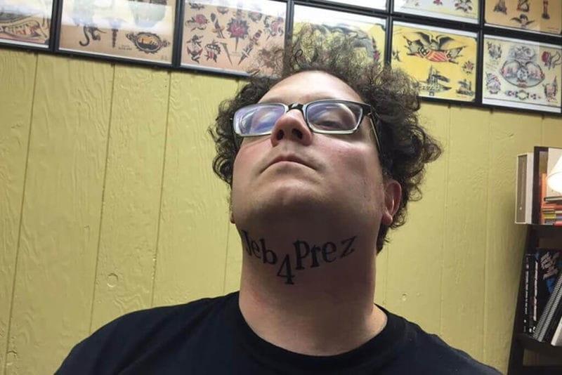 Combinando Tatuagem E Política