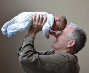 Nonno e nipote giocano insieme