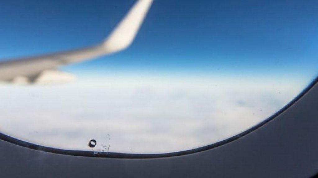 Flugzeugfensterlöcher