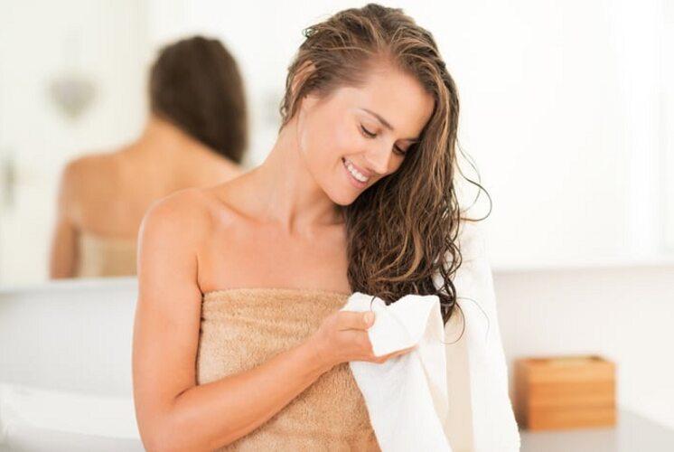 Cinque Sfregare Troppo La Pelle Con Un Asciugamano