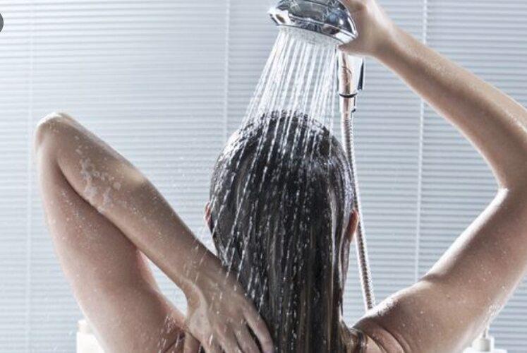 Diciotto Lavare Le Lunghezze Dei Capelli Con Lo Shampoo