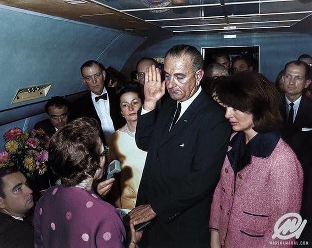 Lyndon B. Johnson Ha Prestato Giuramento In Ufficio A Bordo Dell'Air Force One
