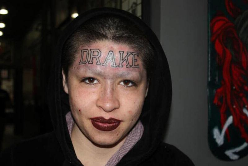 Tatuada En La Frente