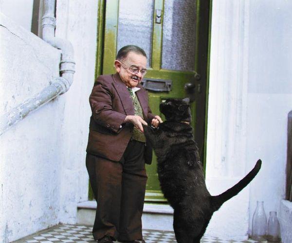 L'uomo Più Basso E Il Suo Grandissimo Gatto