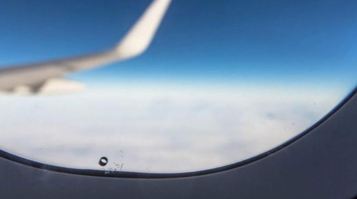 Uçak Penceresi Delikleri