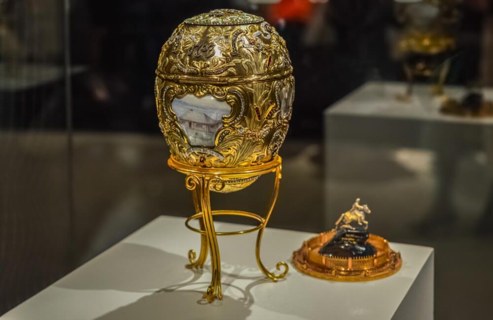 Une Grande Collection D'oeufs De Fabergé