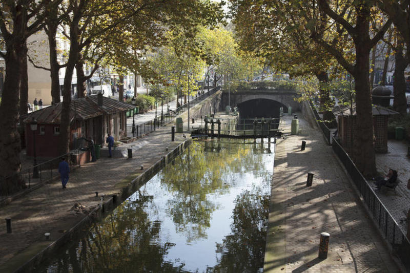 Both Tourists And Parisians