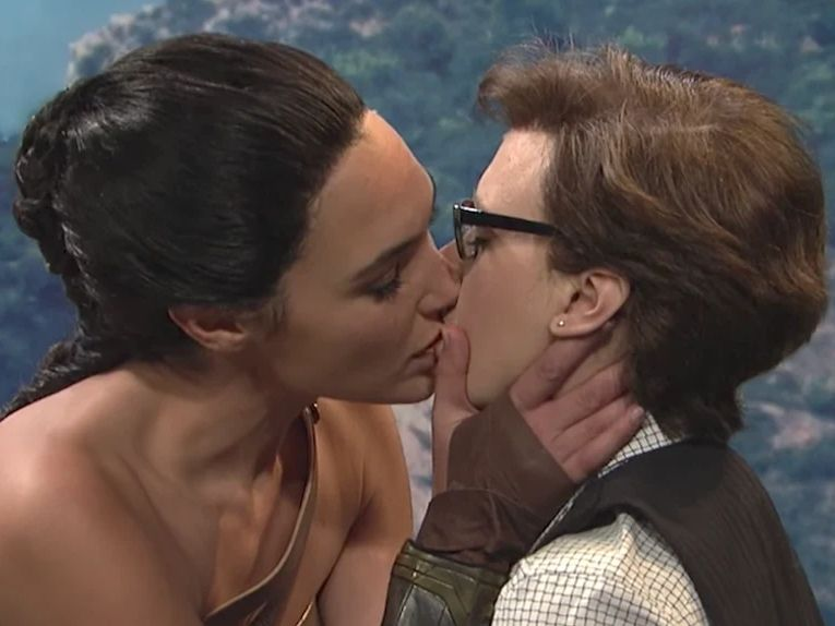 Gal Gadot Gives Kate McKinnon A Kiss