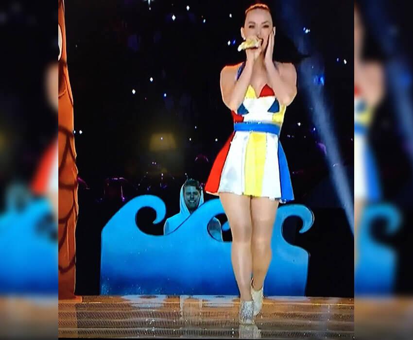 Katy Perry Photobomb